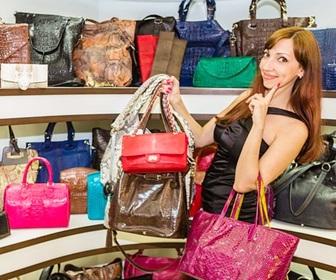 バッグを買う女性