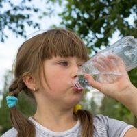 水を飲む女の子