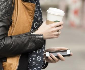 アイフォンを持つ女性