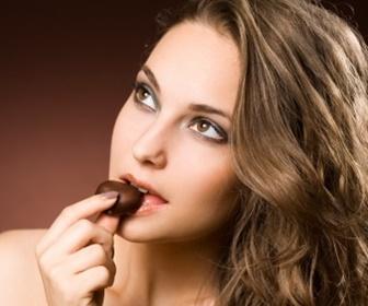 チョコレートを食べる女