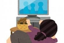 寝ながらテレビを見る図