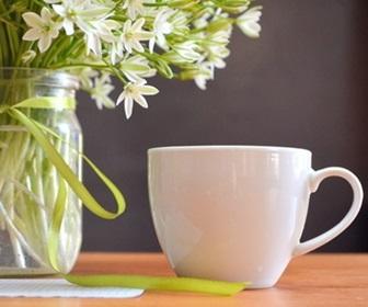 花とマグカップ