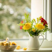 窓辺の花瓶