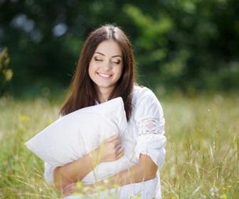 野原に立つ若い女性
