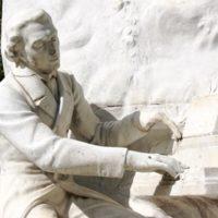 ショパンの彫像