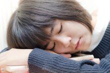 居眠りする女子高生