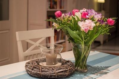 花瓶ののったテーブル