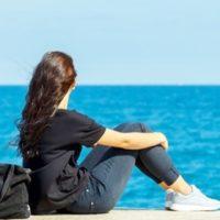 海を見る少女