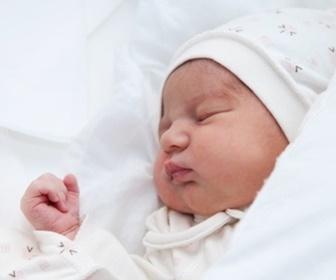 眠っている新生児