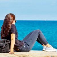 海を見る女。