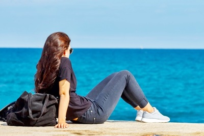 海を見る少女2