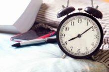 ベッドの上の時計