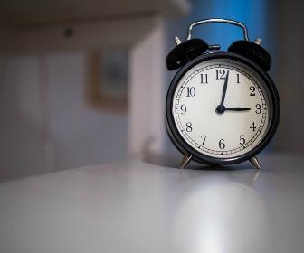 午前3時を示す時計