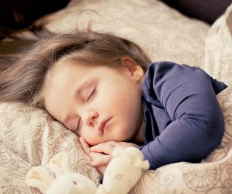 眠る子ども