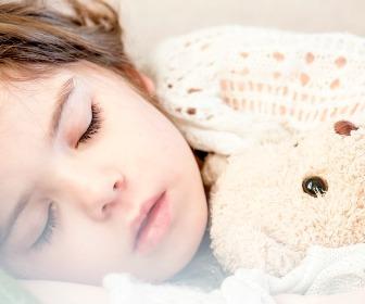 寝ている女の子。