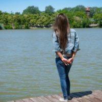 湖を見る少女。
