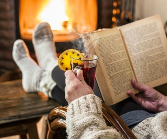 暖炉の前で読書