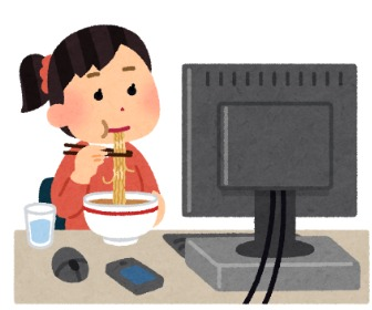 パソコンしながらラーメンを食べる人。