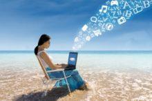 海岸でパソコンする人