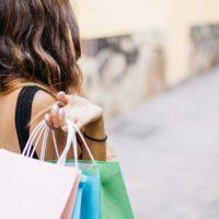買物中の人