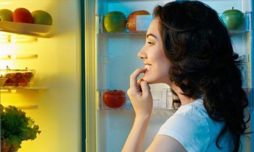 冷蔵庫の中を見る人