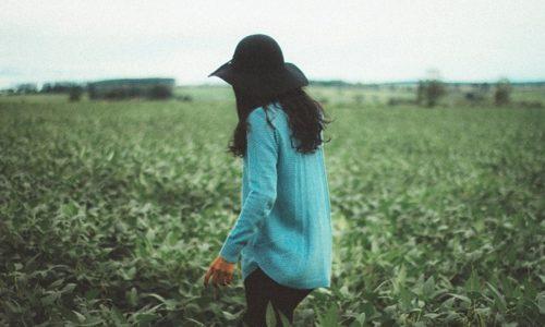 野原の中の女性
