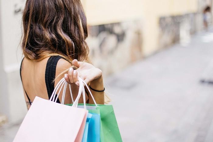 買い物する人