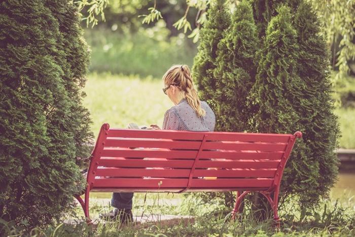 ベンチで読書する人