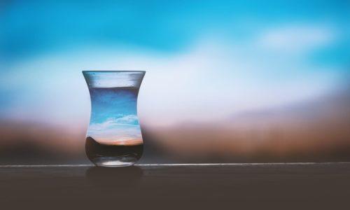 景色が写り込んでいるグラス