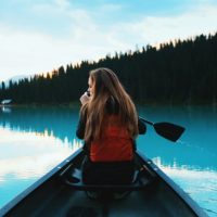 カヌーをする若い女性