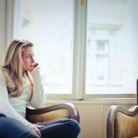 肘掛け椅子に座る若い女性
