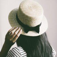 黒いリボンを巻いた帽子