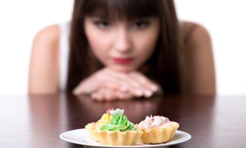 食べるのをがまんしている女性