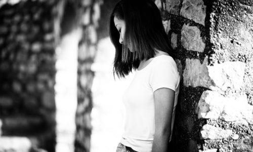 白いTシャツを着た若い女性