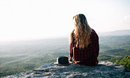 自然の中にいる女性