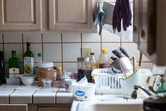 散らかったキッチンカウンター