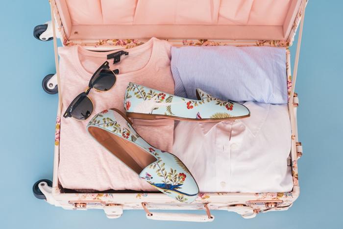 スーツケースに入れた靴とシャツ