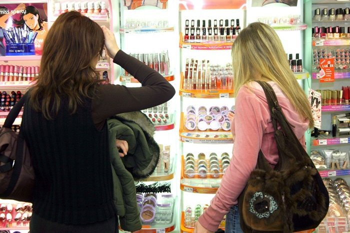 ドラッグストアで買い物する女性