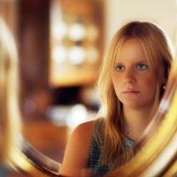 鏡を見る少女