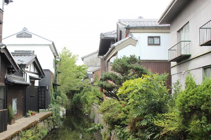 古い家と水路
