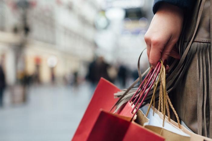 買い物途中の人