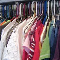 服でいっぱいのクローゼット