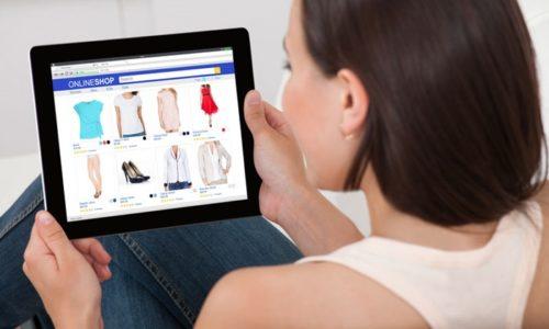 オンラインショッピング中の女性
