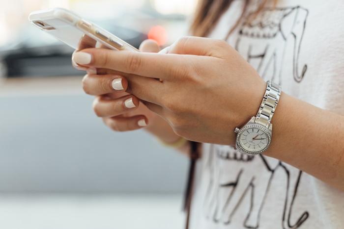 iPhoneを持つ女性の手