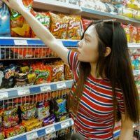 スーパーでお菓子を買う人