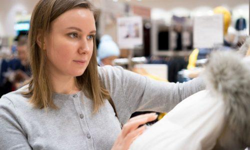 お店でジャケットを選ぶ女性
