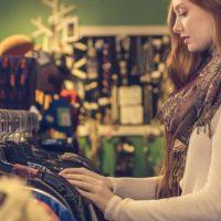 服のショッピングをする女性