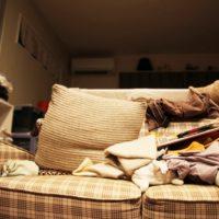 物が散乱するソファ