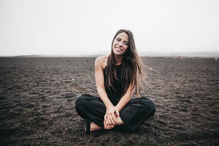 地面に座っている若い女性