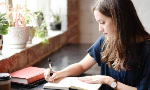 日記を書く人